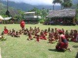 Clase al aire libre de los niños de Nuku Hiva, Marquesas