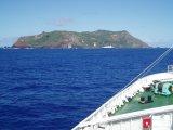 Me aproximo en barco a la isla de Pitcairn