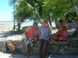 Junto a dos amigos de Tokelau